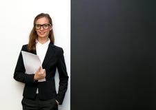 De bärande exponeringsglasen för flicka med legitimationshandlingar Royaltyfri Bild