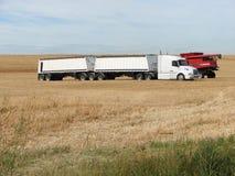 De B-trein Grote Vrachtwagen en combineert op Gebied Royalty-vrije Stock Afbeeldingen