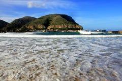 De baai de overzeese van Mondello golven, zetten & dorp op. Palermo Royalty-vrije Stock Afbeelding