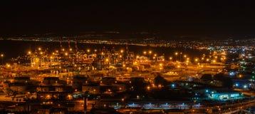 De baai en de haven van Haifa bij nacht Stock Foto