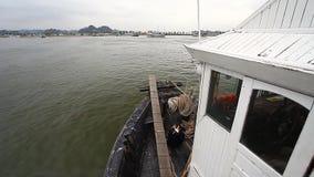 De baai Ha snakt in Vietnam en een reis langs de baai aan boord van de Draakboot stock videobeelden