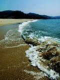 De Baai Het zand De golven de overzeese mensen Stock Foto