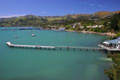 De baai van Akaroa in de zon Royalty-vrije Stock Fotografie
