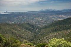 De Baai van Arbatax - Rood Rotsenstrand, mening naar de Ogliastra-laaglanden, Gennargentu-Bergen van Sardinige, Italië royalty-vrije stock fotografie