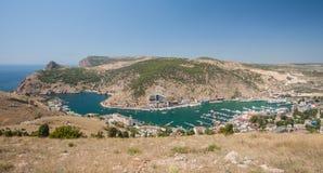 De baai van Balaklava met jachten en kleine schepen Stock Foto