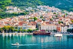 De baai van bestemmingsmakarska en Kroatische kuststad stock afbeelding