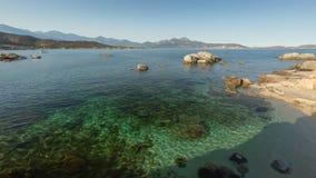 De baai van Calvi in Corsica met ondiep water en rotsen stock fotografie