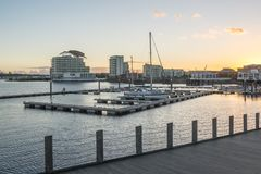 De baai van Cardiff tijdens zonsondergang in Cardiff, Wales stock foto's
