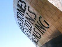 De Baai van Cardiff voorbij het Welse Centrum van het Millennium stock fotografie