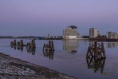 De Baai van Cardiff, Wales, bij zonsopgang, die over de kalme wateren kijken royalty-vrije stock afbeelding
