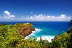 De baai van de Kilaueavuurtoren op een zonnige dag in Kauai Stock Afbeeldingen