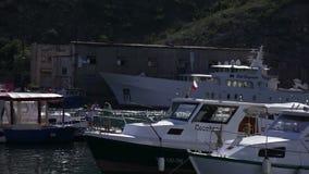 De Baai 7 van de Krim Balaklava Juni de Mening van 2015 van de baai met boten stock videobeelden