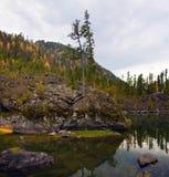 De Baai van de Steen van het meer van Teletskoe stock foto's