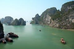 De baai van Halong in Vietnam stock foto's