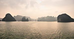 De Baai van Halong, Vietnam. De Plaats van de Erfenis van de Wereld van Unesco. Royalty-vrije Stock Afbeeldingen