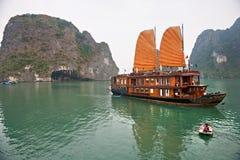 De Baai van Halong, Vietnam. De Plaats van de Erfenis van de Wereld van Unesco. Stock Afbeeldingen