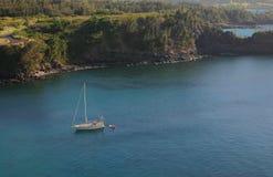 De Baai van Honolua met de Boot van het Zeil Stock Afbeeldingen
