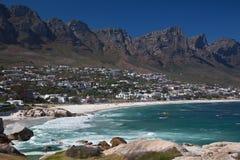 De Baai van kampen die van de Inham van Meisjes in Kaapstad wordt bekeken stock foto's