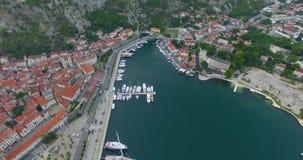 De baai van Kotor en oude stad stock video