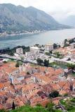 De baai van Kotor en oude stad. Stock Afbeelding