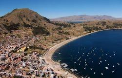 De baai van meertiticaca in copacabana in de bergen van Bolivië Royalty-vrije Stock Foto