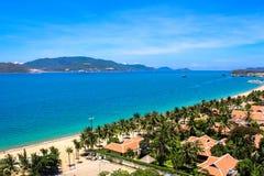 De Baai van Nhatrang met Blauwe Hemel en Wit Sandy Beach stock fotografie