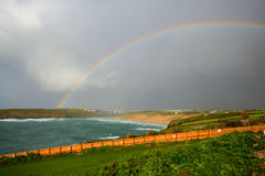 De baai van Noord- regenboogcrantock Cornwall Engeland het UK dichtbij Newquay Royalty-vrije Stock Foto's