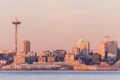 De Baai van Seattle bij zonsondergang over van de binnenstad en de Ruimtenaald op de achtergrond, Washington, de V.S. stock foto