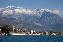 De baai van Tivat met zeilboot en heuvel Royalty-vrije Stock Fotografie