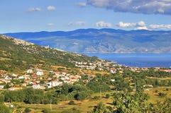 De baaiberg van Baska en overzees landschap Stock Afbeelding