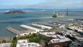 De baaibrug van Oakland en vrachtschip in de baai van San Francisco stock videobeelden