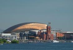 De Baaihorizon van Cardiff, uit het water wordt genomen, die het Millenniumcentrum, Pierhead-de Bouw en andere gebouwen op de hav stock afbeelding