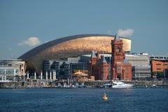 De Baaihorizon van Cardiff, uit het water wordt genomen, die het Millenniumcentrum, Pierhead-de Bouw en andere gebouwen op de hav royalty-vrije stock foto's