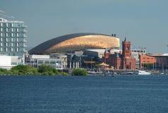 De Baaihorizon van Cardiff, uit het water wordt genomen, die het Millenniumcentrum, Pierhead-de Bouw en andere gebouwen op de hav stock fotografie