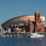 De Baaihorizon van Cardiff, uit het water wordt genomen, die het Millenniumcentrum, Pierhead-de Bouw en andere gebouwen op de hav royalty-vrije stock foto