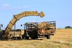 De baal van het stro en landbouwtechniek Stock Afbeeldingen