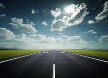 De baan van de luchthaven op een zonnige dag Stock Fotografie