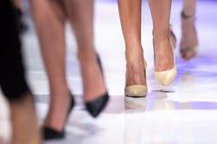 De baan van de manierloopbrug toont vrouwelijke modellen stock foto