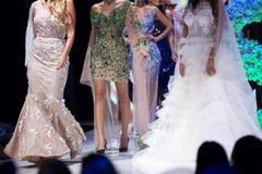 De baan van de manierloopbrug toont vrouwelijke modellen royalty-vrije stock afbeeldingen