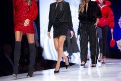 De baan van de manierloopbrug toont vrouwelijke modellen royalty-vrije stock foto