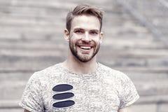 De baard verdeelt de jongen van de man Knappe mens met sexy glimlach op ongeschoren gezicht en modieus blond haar gelukkig stock fotografie