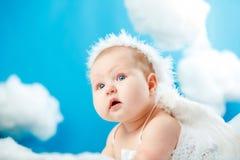 De baby als engel die in wolken stijgen stock afbeelding