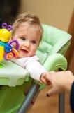 De baby bereikt voor Moeder Stock Foto's