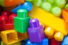 De baby blokkeert stuk speelgoed achtergrond royalty-vrije stock foto's