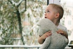 De baby dichtbij het venster royalty-vrije stock afbeelding