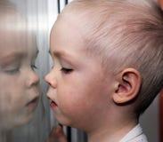 De baby dichtbij het venster, jongen Royalty-vrije Stock Fotografie