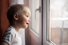 De baby dichtbij het venster, jongen Royalty-vrije Stock Afbeelding
