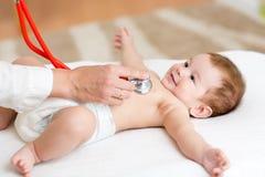 De baby die het is hartslag hebben die door arts wordt gecontroleerd stock foto's