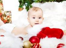 De baby die van Kerstmis op bont ligt Stock Afbeelding