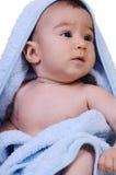 De baby draagt badhanddoek Stock Foto's